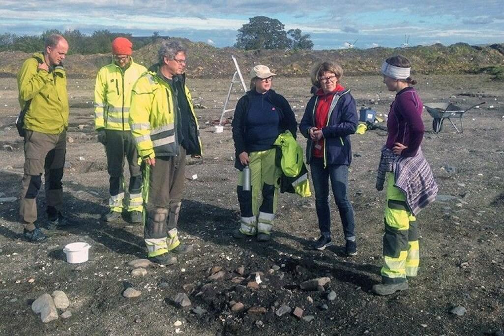 NGUs Anders Romundset (t.v.) i diskusjon med arkeolog Magnar Mojaren Gran. Ved siden av ser vi fra venstre arkeologene Ulf Fransson, Marte Mokkelbost, paleobotanikeren Kari Loe Hjelle, og arkeologen Aina Heen-Pettersen.