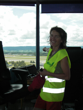 Forsker Helen French under feltforsøk ved Oslo Lufthavn. (Foto: Ivar Grydeland)