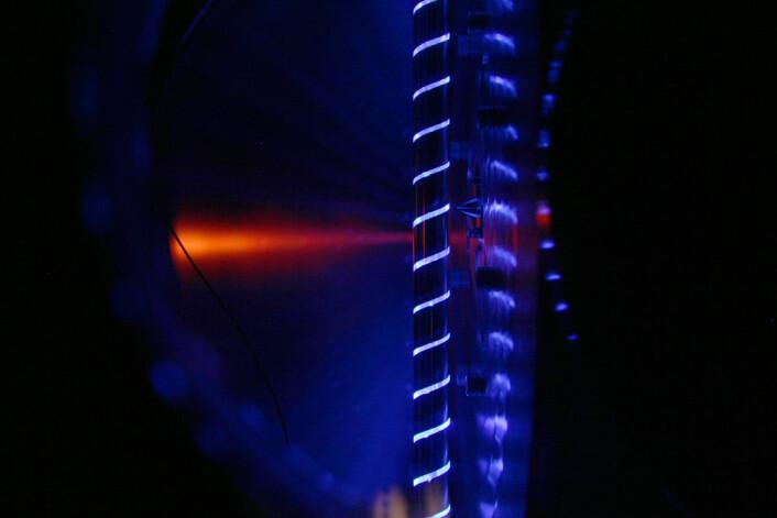 Reaktorrør opplyst av ultrafiolett fotolyselaser. (Foto: David L. Osborn)