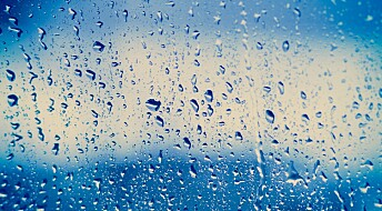 Ny metode for å lage strøm fra regn: Én dråpe lyste opp 100 lysdioder