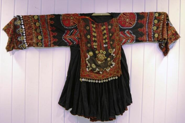 Den ene av kjolene fra Kohistan. Bildet viser er fra en utstilling på Eidsvoll hovedgård i 2008, der begge draktene ble vist frem. Foto: (Foto: Lise Emilie Talleraas)