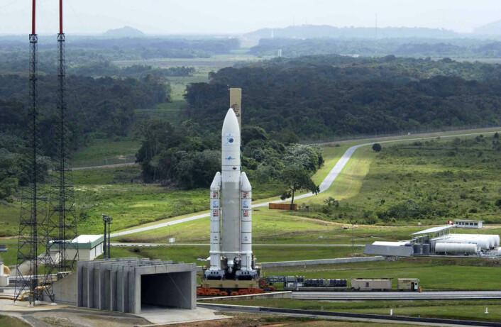Ariane 5-raketten med ENVISAT rulles ut til rampen på ESAs oppskytningssenter ved Kourou i Fransk Guyana i 2002. (Foto: ESA)