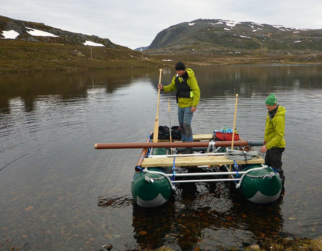 Feltarbeidet innebærer at forskerne tar seg ut på små innsjøer og borer seg ned i sedimentene på sjøbunnen med forskjellig boreutstyr. Her ser vi Anders Romundset og Thomas Lakeman gjør seg klar til arbeid på Seiland i Finnmark.