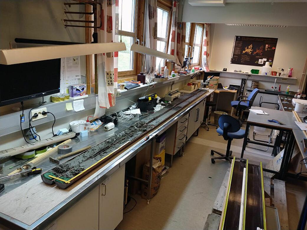 Her ligger lange kjerneprøver på en benk. Undersøkelser på laboratoriet viser at de lagdelte avsetningene kan fortelle mye om hva som har skjedd gjennom tidene.