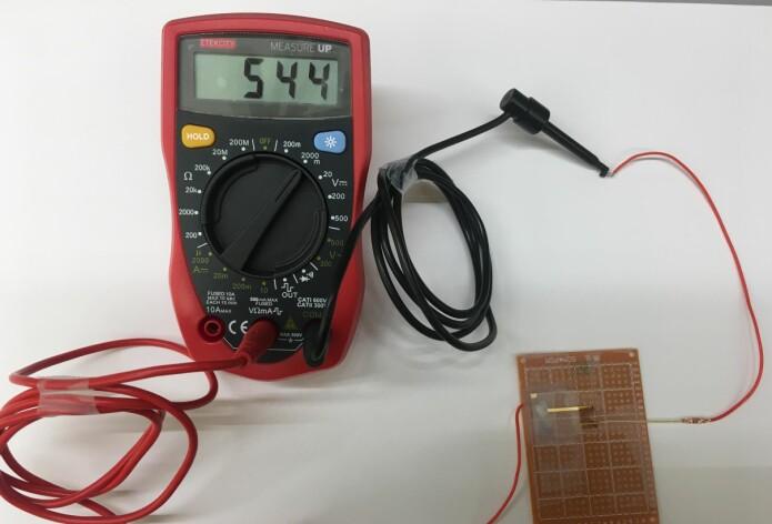 Forskerne oppdaget at når elektrodene var plassert på en spesiell måte, så genererte platen bittelitt strøm av seg selv.