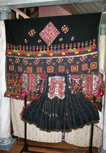 Den andre kjolen som Talleraas har fått tak - her på en utstilling på Eidsvoll hovedgård i 2008. Kjolen foran og sjalet hengende bak. Foto: (Foto: Lise Emilie Talleraas)