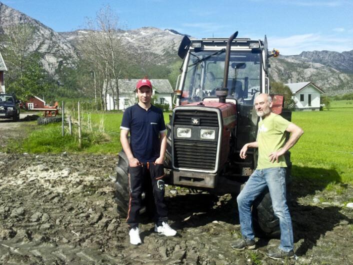 Ulrik Sivertsen (23) har traktorgenet og tar over gården i Steigen etter faren Knut Sivertsen (63). (Foto: Privat)
