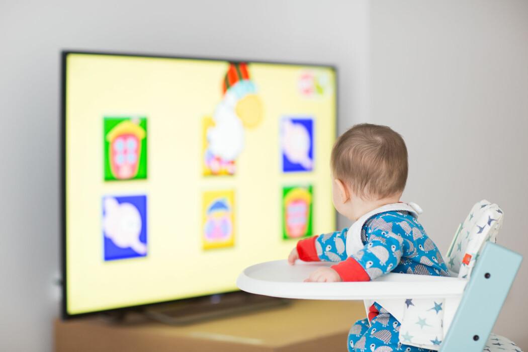 Er nettbrettet, TV-en og mobilen blitt vår tids nye sutteklut? Eller en billig, digital barnevakt?