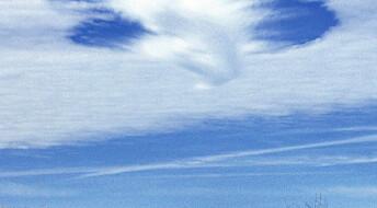 Fly lager hull i skyene