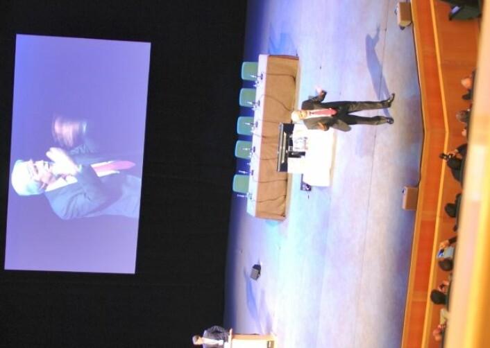 Vil du høre CERN-sjefen i disse dager, bør du være tidlig ute. Nærmere enn dette kom ikke forksning.nos journalist da Heuer snakket til deltagerne på vitenskapskonferansen ESOF2012. (Foto: Hanne Jakobsen)