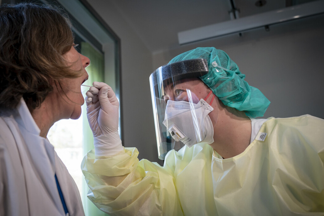 Fagutviklingssykepleier Marte Rygh Selmer ikledd smittevernutstyr tar en spyttprøve på isolatposten på Ullevål sykehus. Det er hit eventuelle koronasmittede vil komme.