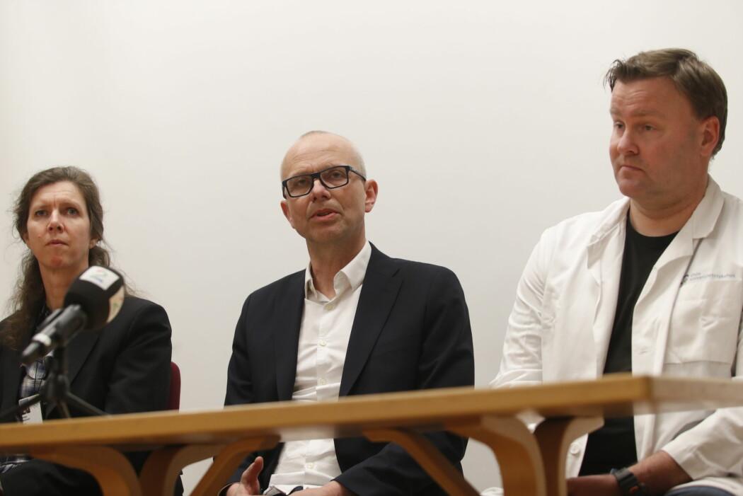 Administrerende direktør for Oslo universitetssykehus Bjørn Atle Bjørnbeth (i midten) kunne fredag kveld bekrefte at en av deres ansatte er blitt smittet av koronaviruset.