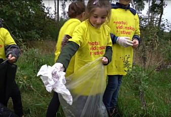 Elevene plukker plast for å hjelpe forskere