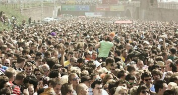 Folkemengden i området der trengselen oppsto, noen timer før selve katastrofen under Love Parade. Det var ikke mengdens panikk, men fysikkens lover som førte til de tragiske dødsfallene, mener forskerne. (Foto: Arne Müseler/Wikimedia Creative Commons)