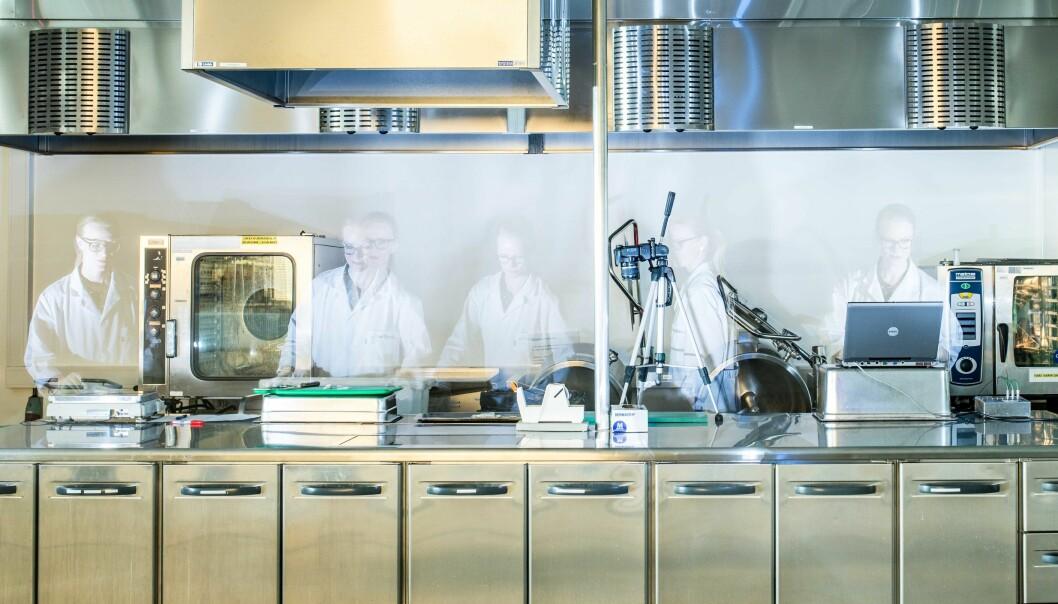 Mange parametere skal tas hensyn til i jakten på den perfekte varmebehandling av torsk. Marthe Jordbrekk Blikra har i sitt doktorgradsarbeid mange og lange økter med prøving og feiling på prosesskjøkkenet.