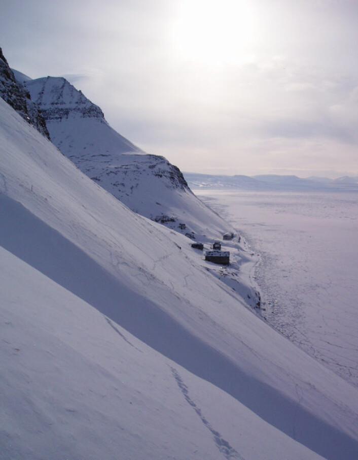 Restene av den russiske bosettingen Grumant ved Isfjorden på Svalbard. (Foto: Audun Stien)