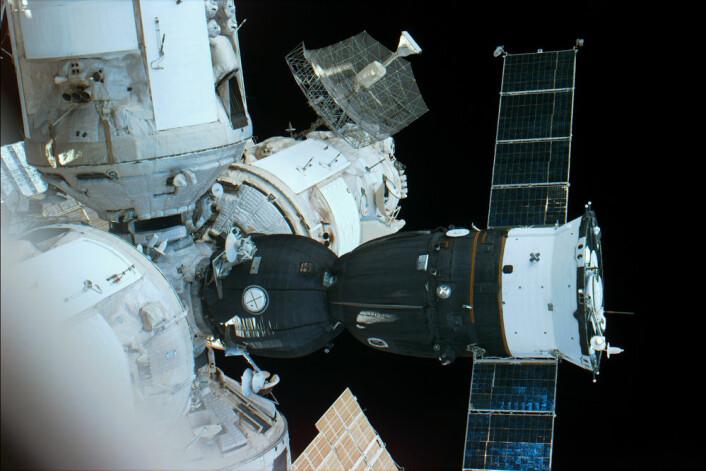 Romtasjonen MIR og Soyuz TM-24 fotografert fra romferga Atlantis i 1996. (Foto: NASA)