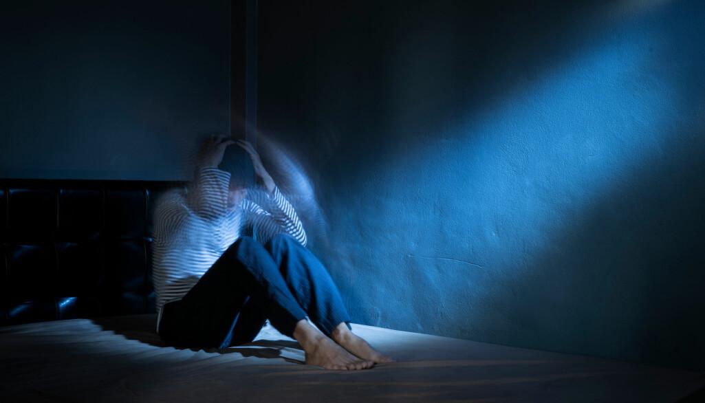 Symptomer på mani er blant annet hyperaktivitet. Pasientene sover gjerne kort og avbrutt.