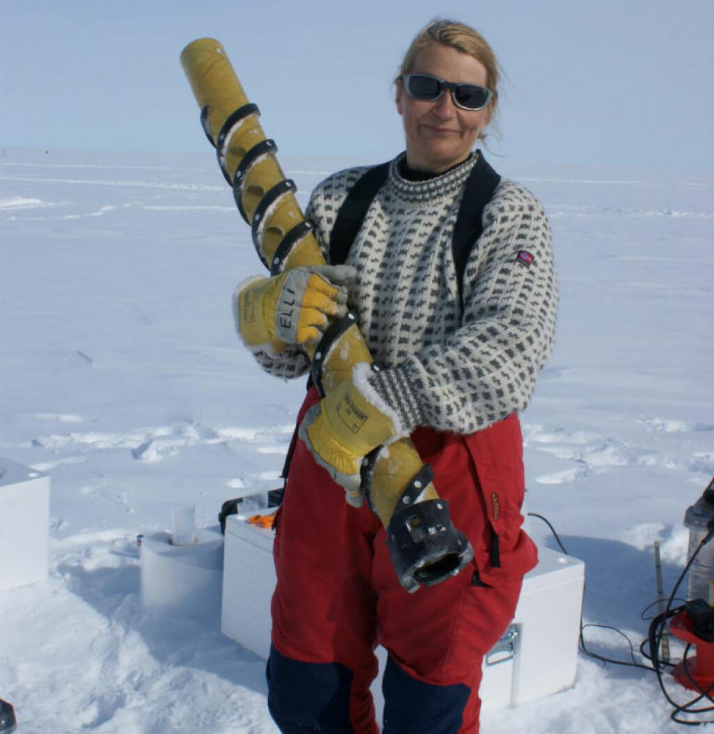 Forsker og glasiolog Elisabeth Isaksson under feltarbeid på isen i Antarktis.