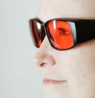 Ved å gi pasienter med mani oransjebriller, filtreres det blå lyset vekk og de får roligere søvn.