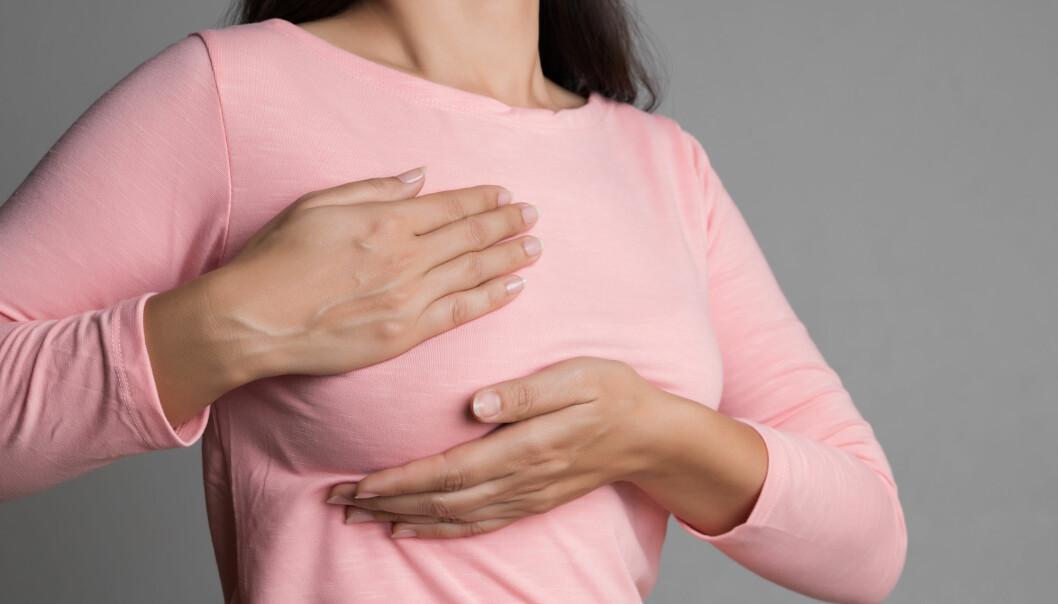 Forskere har avdekket at mammografi sjeldnere avdekker brystkreft hos kvinner med brystproteser.