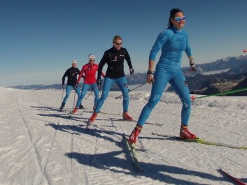 Pensumbøkene er med i bagasjen også når Team NTNU er på treningssamlingar. Her frå skisporet i Ramsau i Austerrike. (Foto: Lars Litlere)