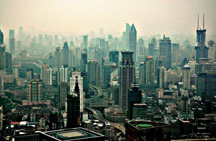 Selv om Shanghai kan se ut som en død steinørken på dette bildet, arbeider kineserne hardt for å gjøre byene mer miljøvennlige. Byborgere er grønnere enn sine medborgere på landet, mener britisk byutviklingsrådgiver. (Foto: Peter Morgan, Wikimedia Commons)