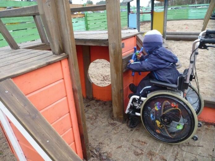 I Veslefrikk barnehage i Kristiansand er plank valgt framfor gummiasfalt som en måte å bedre tilgangen til rullestolbrukere.