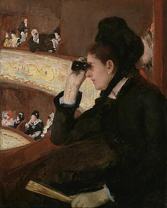 """Griselda Pollock har blant annet skrevet bok om den impresjonistiske kunstneren Mary Cassatt. I bildet """"In The Loge"""" har Cassatt malt en dame på operaen som blir spionert på av en mann med kikkert i bakgrunnen."""