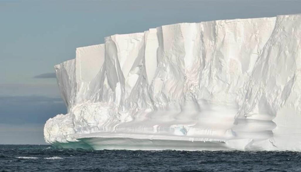 Bare en tidel av de flytende isbremmene i Antarktis ligger over vann. Under vann fortsetter veggen av is flere hundre meter nedover. Bildet viser kanten av isbremmen Getz i Amundsenhavet i Vest-Antarktis.