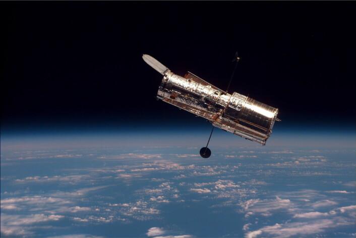 Her er romteleskopet Hubble. Bildet er tatt fra romferga Discovery i 1997. (Foto: NASA)