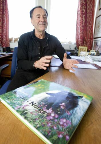 """""""Odd Vangen med boka Beitende husdyr i Norge, som forøvrig har mange vakre bilder."""""""