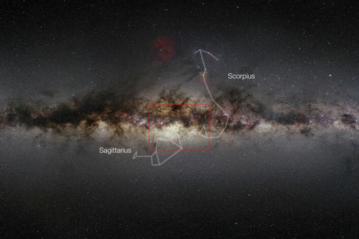 Utsnittet i det zoombare bildet over er vist på et større bilde av Melkeveien, med stjernebildene Skytten (Sagittarius) og Skorpionen (Scorpius) avmerket. (Foto: (Illustrasjon: ESO/Nick Risinger))