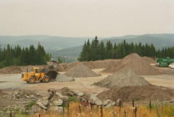 Det gjøres stadig inngrep på jordareal når veier skal bygges og jernbaner skal utbedres. (Foto: Bioforsk)