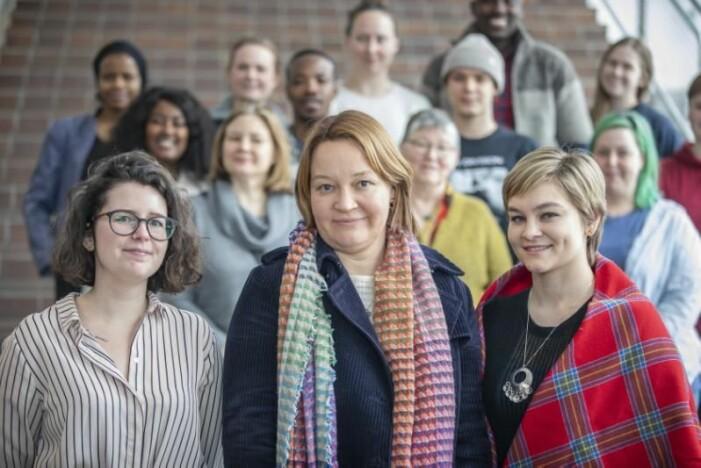 """– Det er viktig å være bevisst på kjønn og kjønnsforskjeller, mener både samfunnsforsker Hege Kristin Andreassen, og studentene som står bak """"Gender Awareness Week"""" ved UiT i Tromsø, Annabelle Yangsley (t.v.) og Kaja Nan Gjerpe-Bennett."""