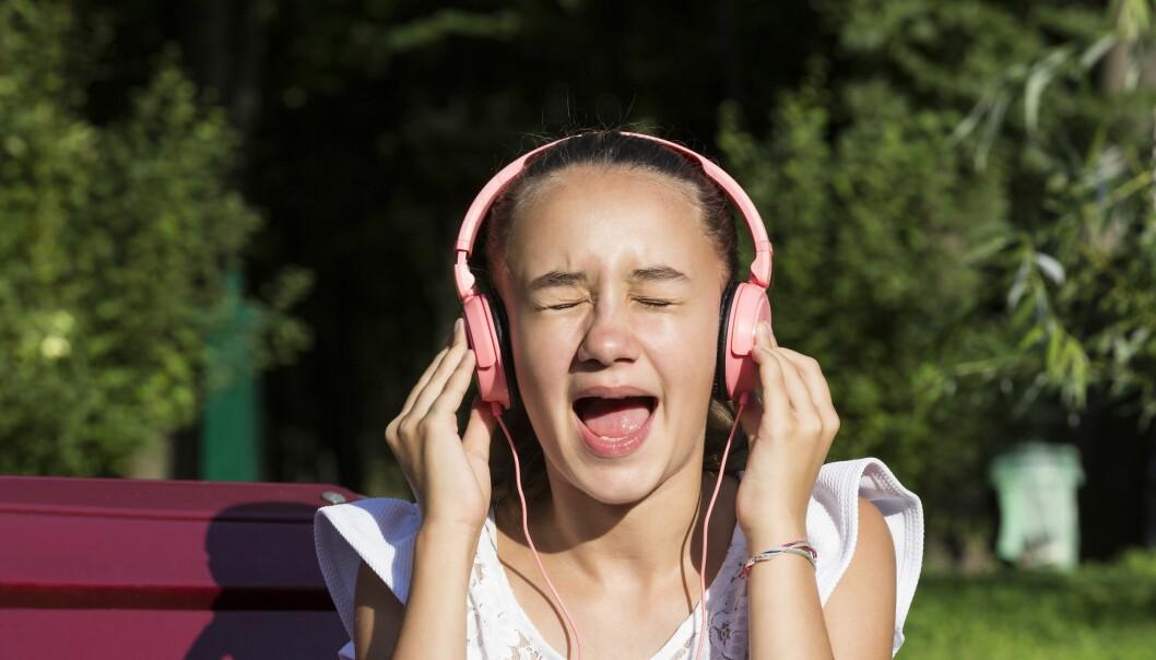 Det kan være vanskelig for vanlige folk å synge pent når de har headset på.