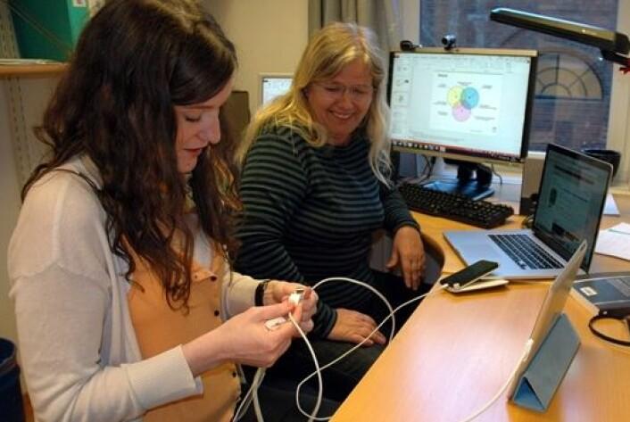Irene Beyer Log (t.v.) og Leikny Øgrim får god erfaring med ulike kabler og bærbart utstyr. (Foto: Kari Aamli)