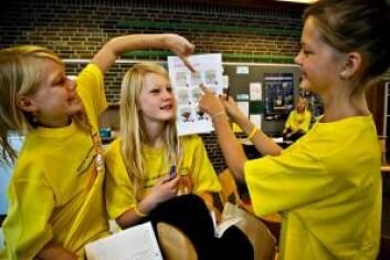 Barna kunne sammenligne hudfarger ved å gå ut fra et utlevert skjema. (Foto: Dansk naturvitenskapsfestival)