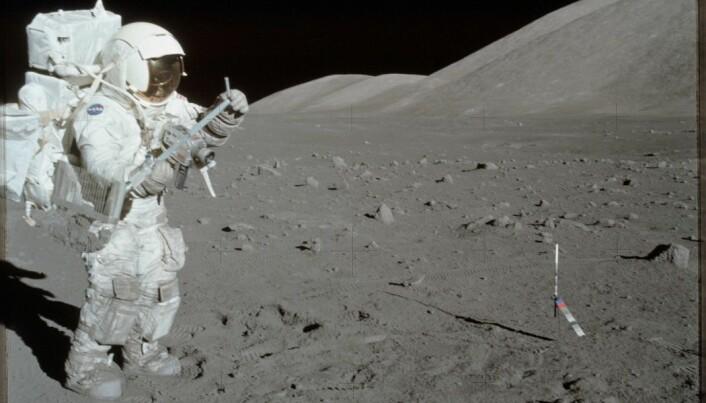 Harrison Schmitt, astronaut på Apollo 17-oppdraget i 1972, samler prøver fra måneoverflaten.