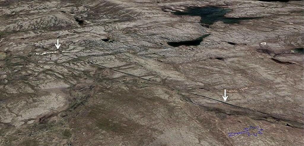 Forkastningene framtrer som markerte skrenter i det flate morenelandskapet på Finnmarksvidda. Den hvite pila til venstre viser hvor forkastningen går rett gjennom en esker, som er dannet for omtrent 10 500 år siden.