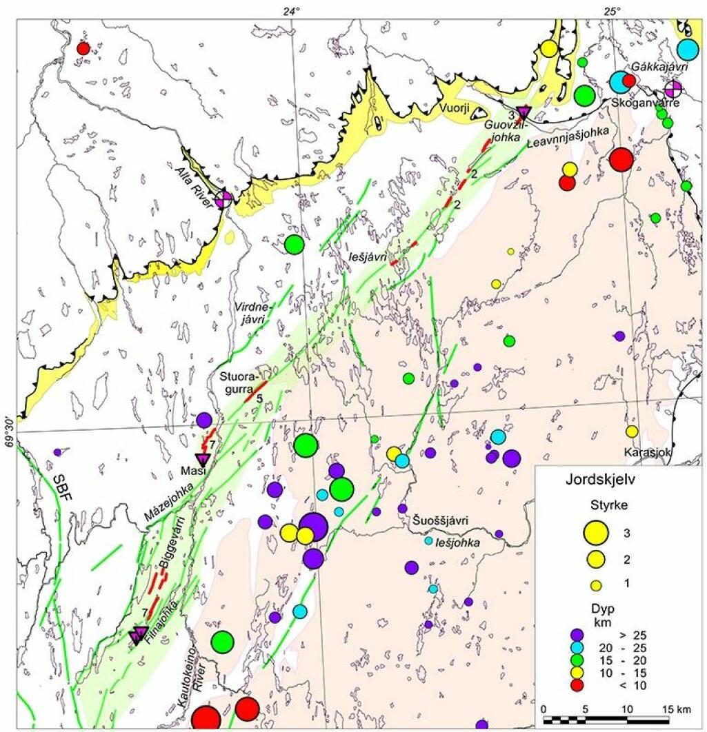 Forkastningene er markert med rød strek. Grøftene som er gravd er markert med lilla trekanter. Tallene 2-7 angir maksimal høyde på forkastningsskrenten i meter. Fargen og størrelsen på sirklene angir dybde i kilometer og størrelse på Richters skala til jordskjelvene som NORSAR har registrert i perioden 1991-2019.