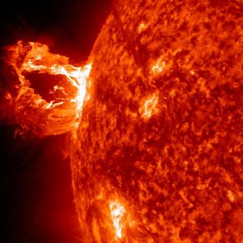 Store mengder ionisert gass slynges ut av solen når de kraftige mangnetfeltene ryker. (Foto: NASA SDO)
