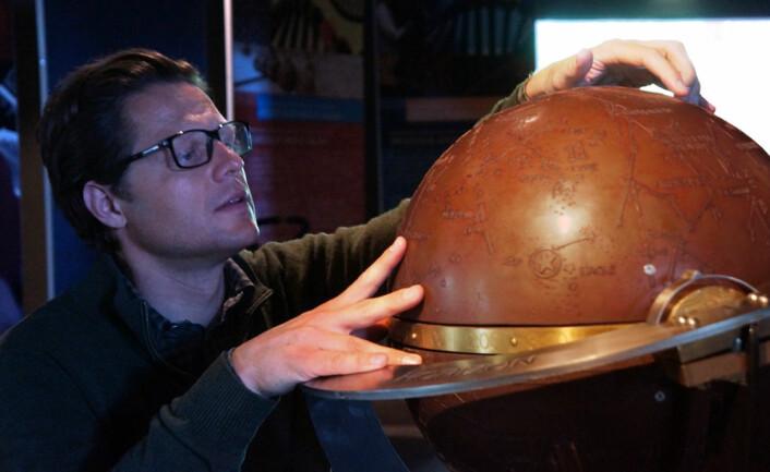 Førstekonservator Vidar Enebakk ved Norsk teknisk museum, med en himmelglobus fra utstillingen Sultans of Science. (Foto: Arnfinn Christensen, forskning.no.)
