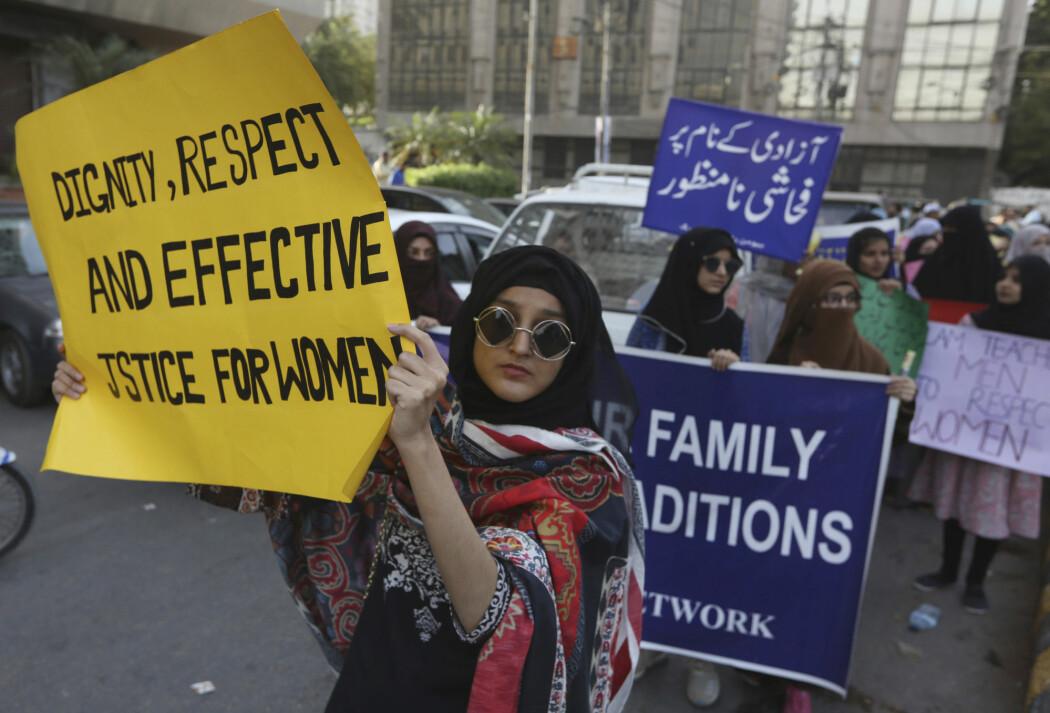 Kvinner i Pakistan demonstrerer i Karachi fredag i forkant av markeringen av kvinnedagen 8. mars.