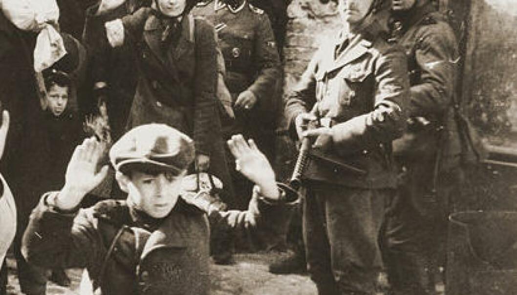 Fra gettoen i Warszawa - Foto fra Jürgen Stroops rapport til Heinrich Himmler, mai 1943, tatt av en ukjent fotograf. (Wikimedia Commons)