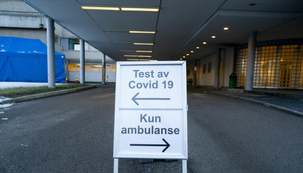 På Aker sykehus er det satt opp telt hvor man kan kjøre inn med bil for å bli testet for Covid-19-virus.
