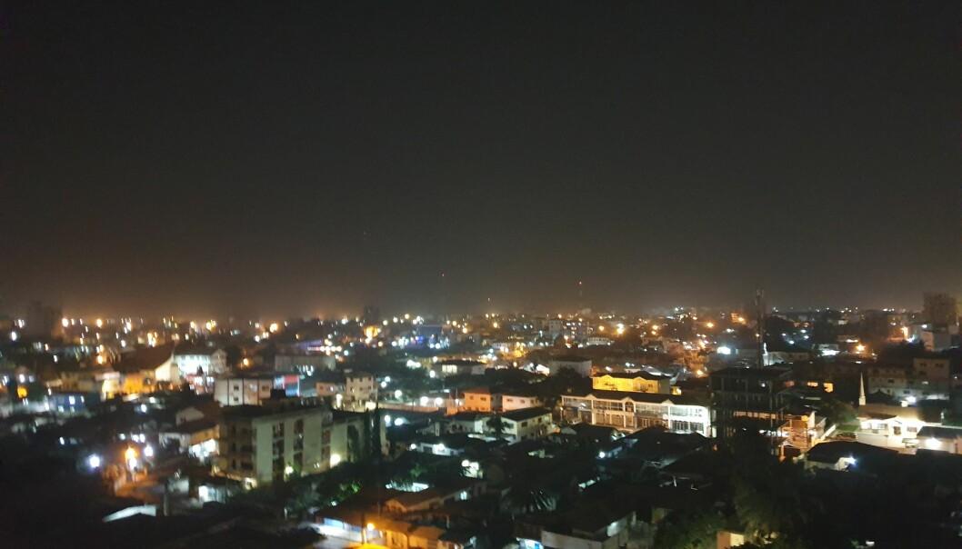 Accra på kveldstid. I følge Ghana Statistical Services bor det over 2 millioner mennesker i Accra