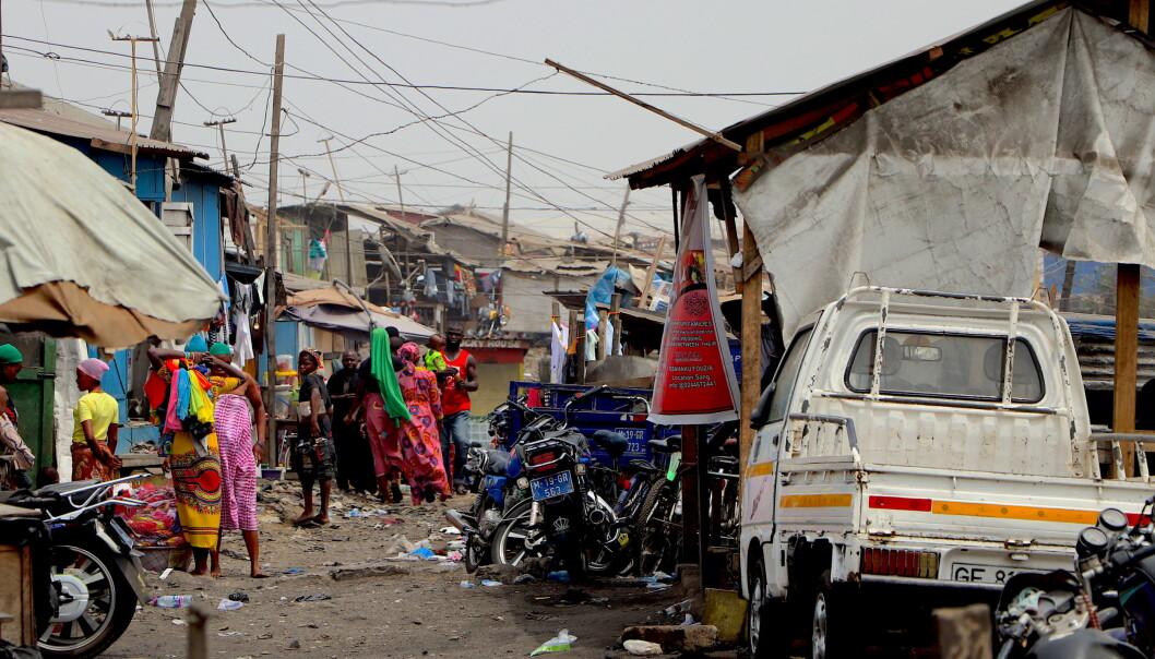Det var mye liv i gatene da vi besøkte Old Fadama – folk, motorsykler, geiter og kuer om hverandre. Kvinner lagde mat i store gryter, barn spilte fotball og menn resirkulerte og sorterte plast.