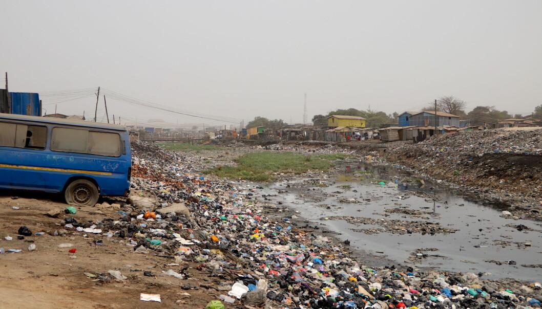 Selv om Old Fadama er en uformell bosetting har den eksistert i over 20 år. Bosettingen er bygget på en lagune og overalt i bosettingen var det søppel. Vannet, bakken og luften er svært forurenset. Når en bosetting defineres som uformell betyr det at den er bygget uten tillatelse og er derfor også ulovlig.