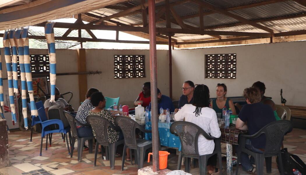 Etter besøket i Appolonia City spiste vi lunsj og drakk palmevin i landsbyen som ligger ved siden av by-prosjektet. Lauritz Isaksen (UiB) skrev sin masteroppgave om landsbyen og Appolonia City med fokus på hvordan dette nye byprosjektet transformerte og skapte nye fremtidsvisjoner både innenfor og utenfor grensene til Appolonia City. Les mer om oppgaven til Lauritz her.